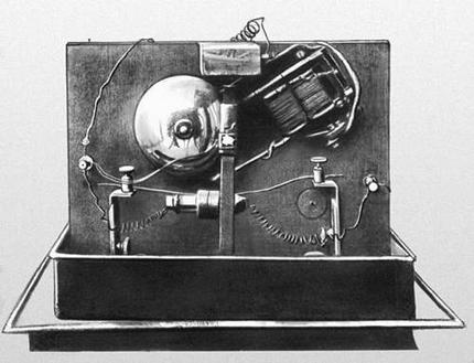 ...физик и изобретатель Александр Степанович Попов продемонстрировал созданную им первую в мире искровую.