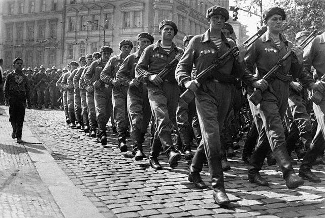 Прага, 10 сентября. Советские десантники маршируют по улице Праги. Дебют тельняшки ВДВ