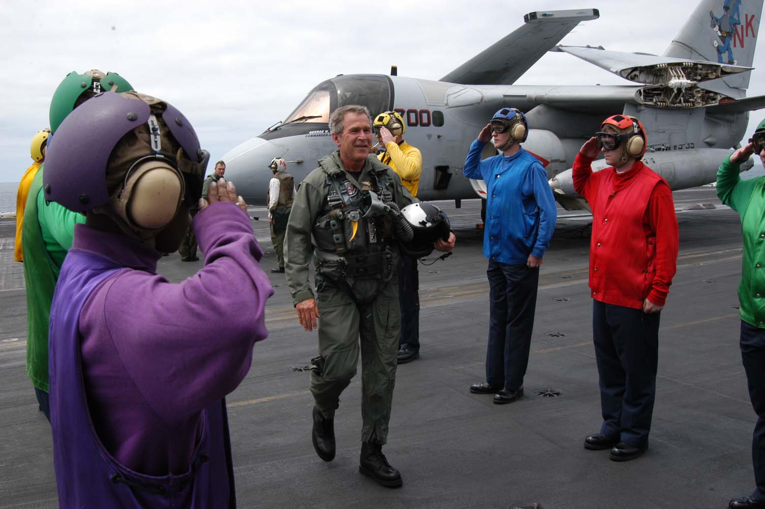 http://russian7.ru/wp-content/uploads/2014/03/George_W_Bush_on_the_deck_of_the_USS_Abraham_Lincoln.jpg
