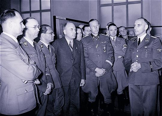 Открытие выставки «Планирование и построение нового порядка на Востоке» 20 марта 1941 г. Конрад Майер (справа)