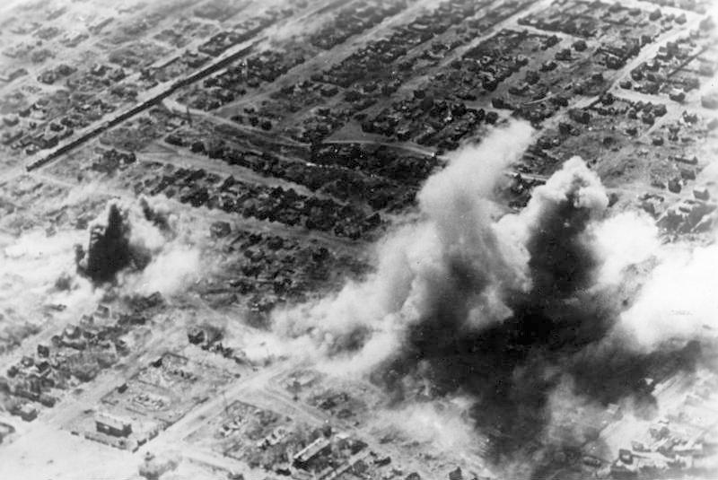 Люфтваффе проводит бомбардировку жилых районов Сталинграда, октябрь 1942 года.