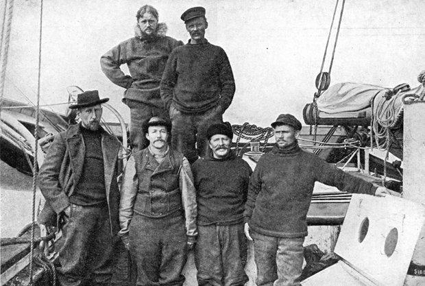 В первом ряду слева направо: Амундсен, Педер Ристведт, Адольф Линдстрём, Хельмер Хансен. В верхнем ряду Годфрид Хансен и Антон Лунд.