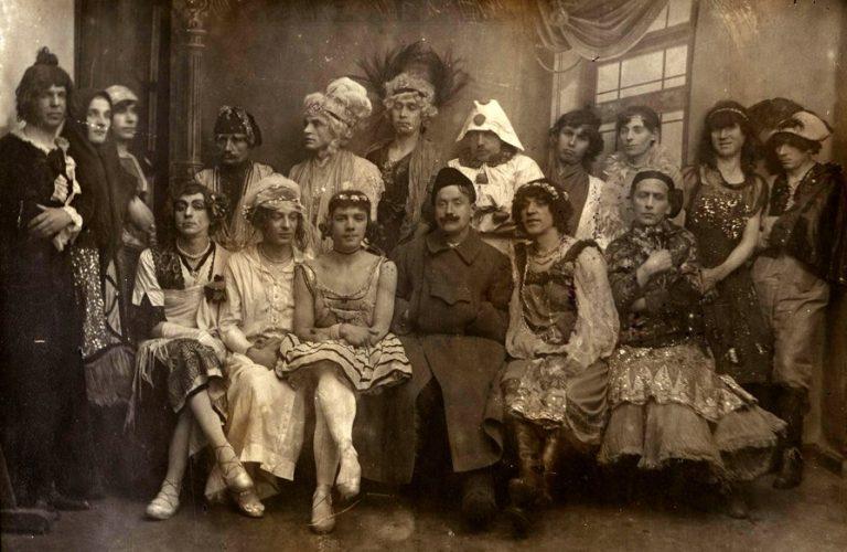 Зачем мужчины на Руси носили женскую одежду