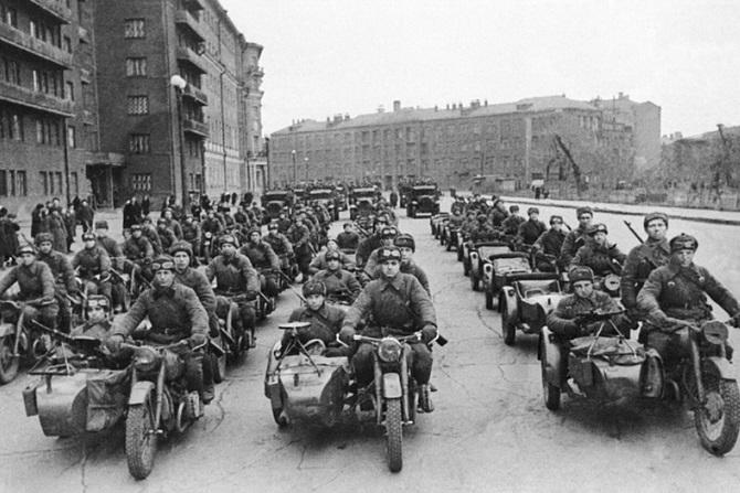 Конец 1941 года. Первые изготовленные в Москве М-72 отправляются на фронт.